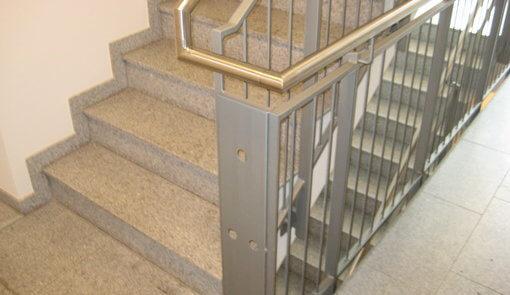 Geländer Stahl und Handlauf Edelstahl Treppenhaus